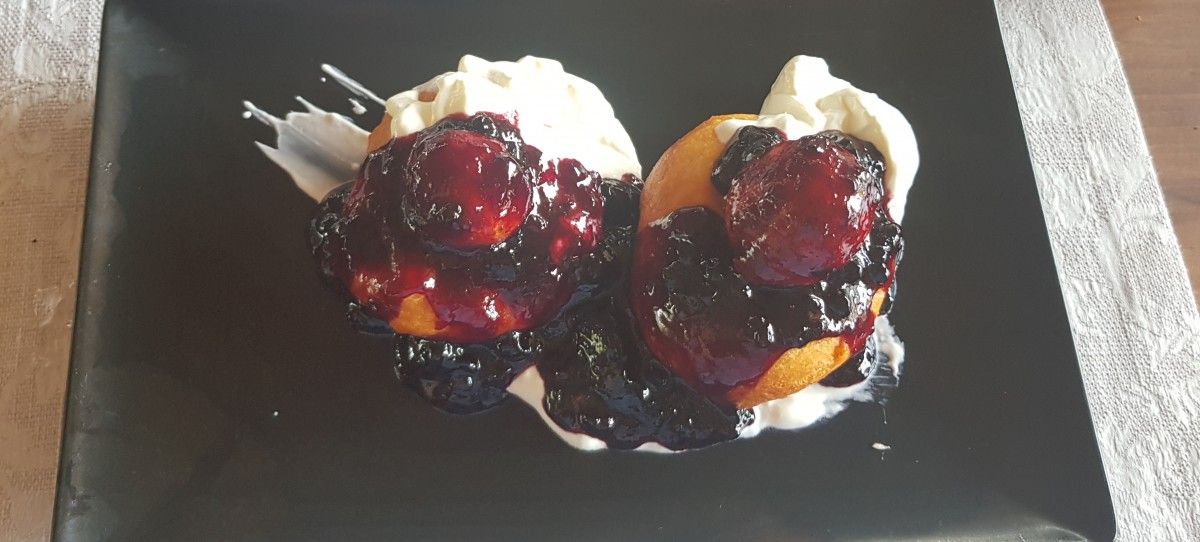 Papanași cu smântână și gem de afine