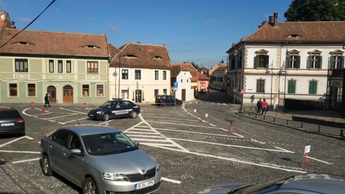 În parcarea eliberată au mai putut opri doar consilierii locali