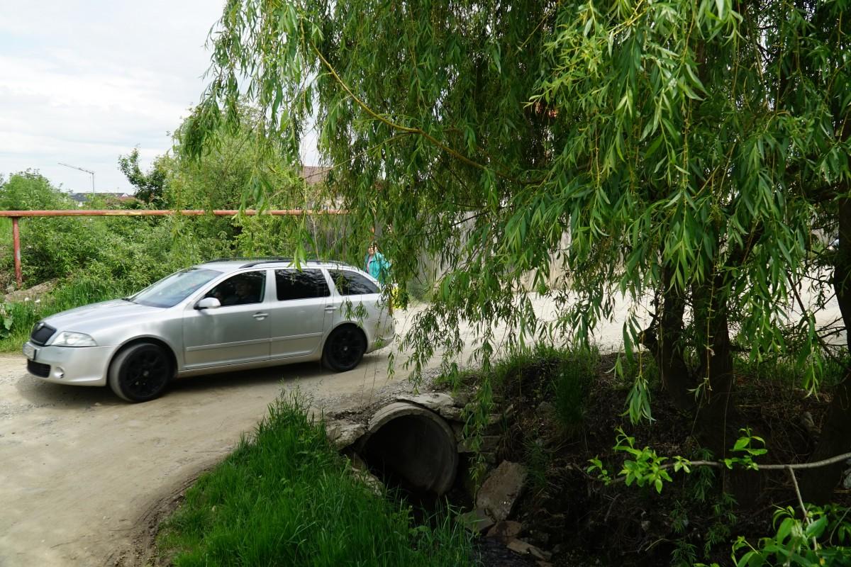 Actualul podeț dintre prelungirea Oașa și str. Ioan Slavici nu poate fi traversat, simultan, de mai multe mașini