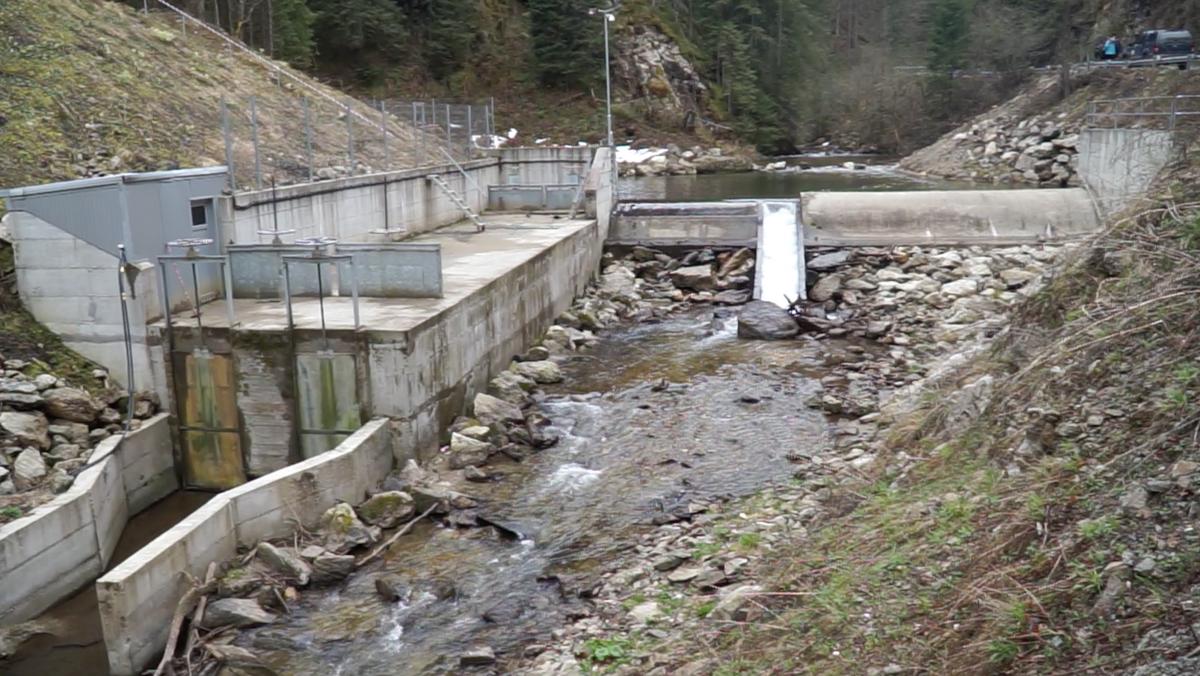 Micul baraj de pe Râul Mare, cu secțiunea debitului de servitute și zona de captare pentru microhidrocentrală