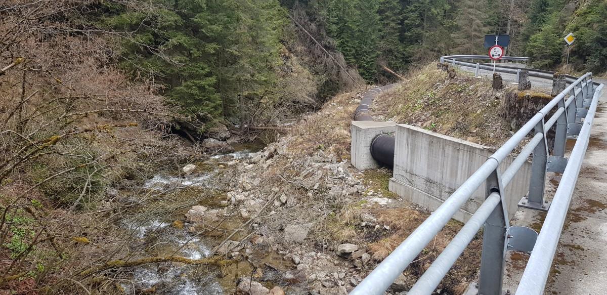 După priza de apă, râul curge, parțial, prin tubulatura instalației și restul prin albia naturală
