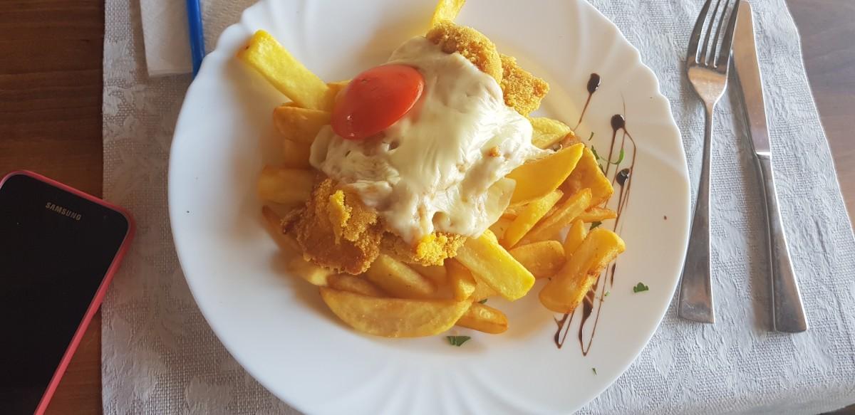 Șnițel de pui cu cartofi prăjiți