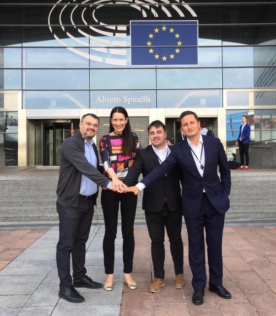 Nicu Ștefănuță (stânga) și o parte din europarlamentarii USR PLUS