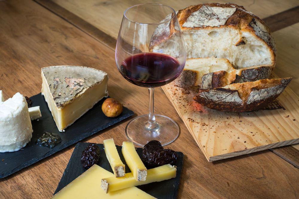 vin branza si paine