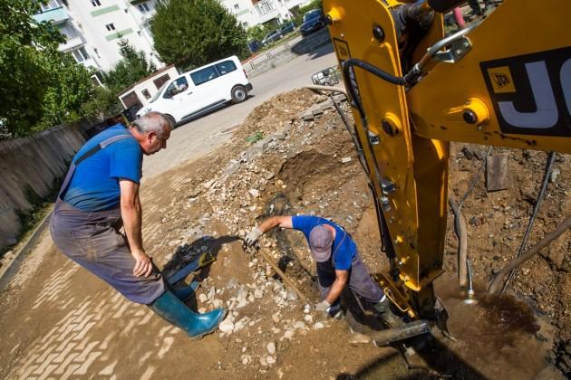 interventie apa canal inundatie muncitori sant groapa