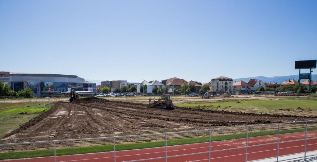 stadionul municipal inlocuire gazon utilaje santier iarba fotbal (1)