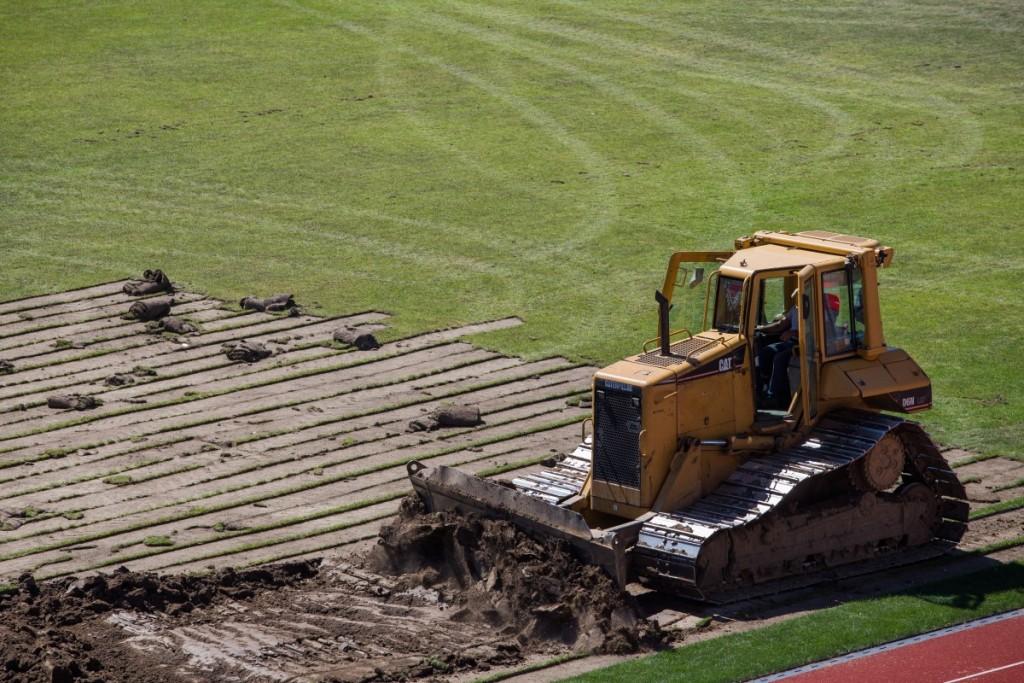 stadionul municipal inlocuire gazon utilaje santier iarba fotbal (11)