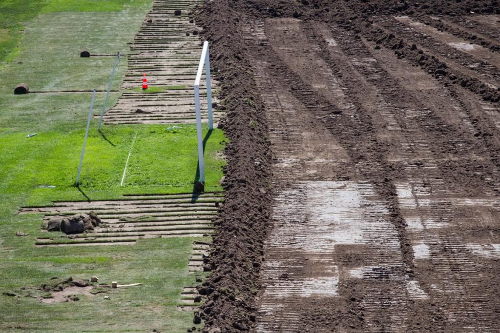 stadionul municipal inlocuire gazon utilaje santier iarba fotbal (14)