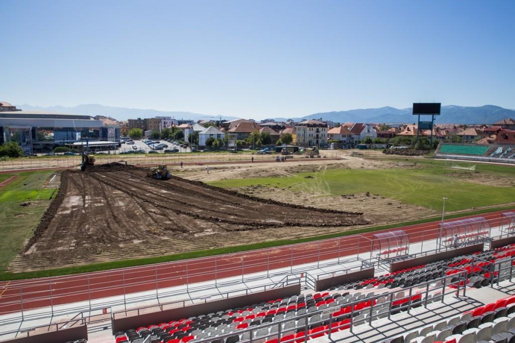 stadionul municipal inlocuire gazon utilaje santier iarba fotbal (2)