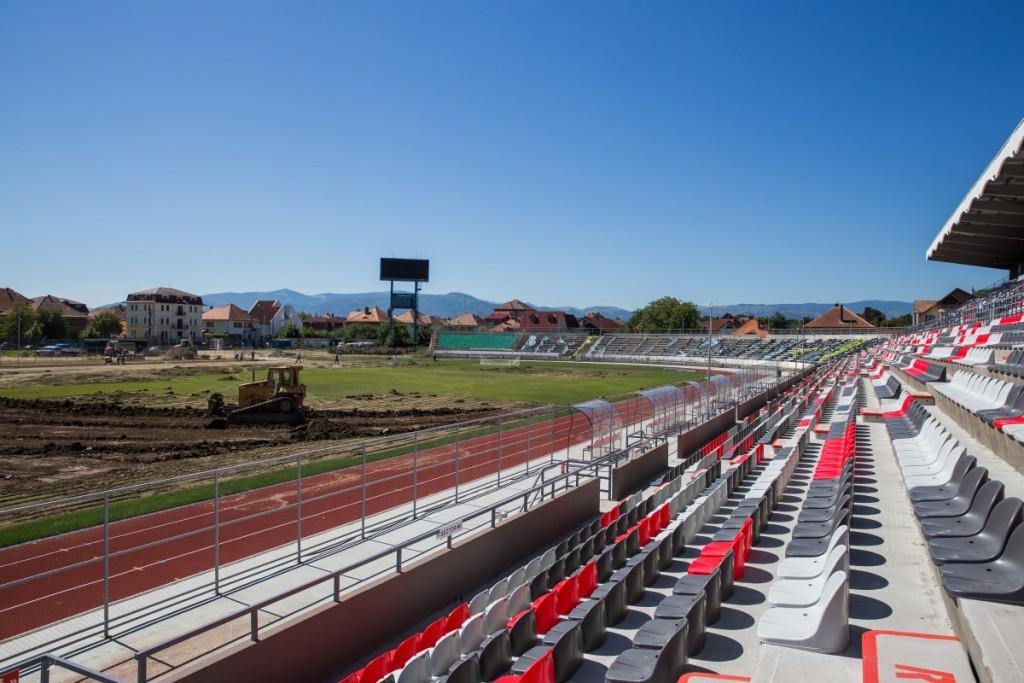 stadionul municipal inlocuire gazon utilaje santier iarba fotbal (26)