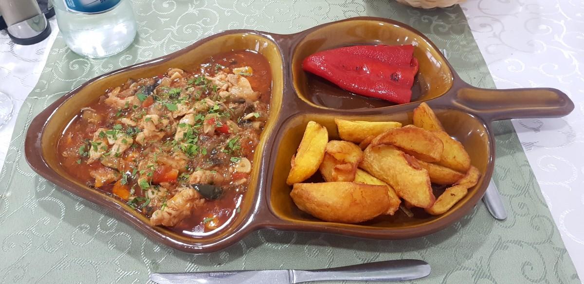 Tigaie picantă de pui, cu cartofi auri și un ardei copt, restaurant D&G