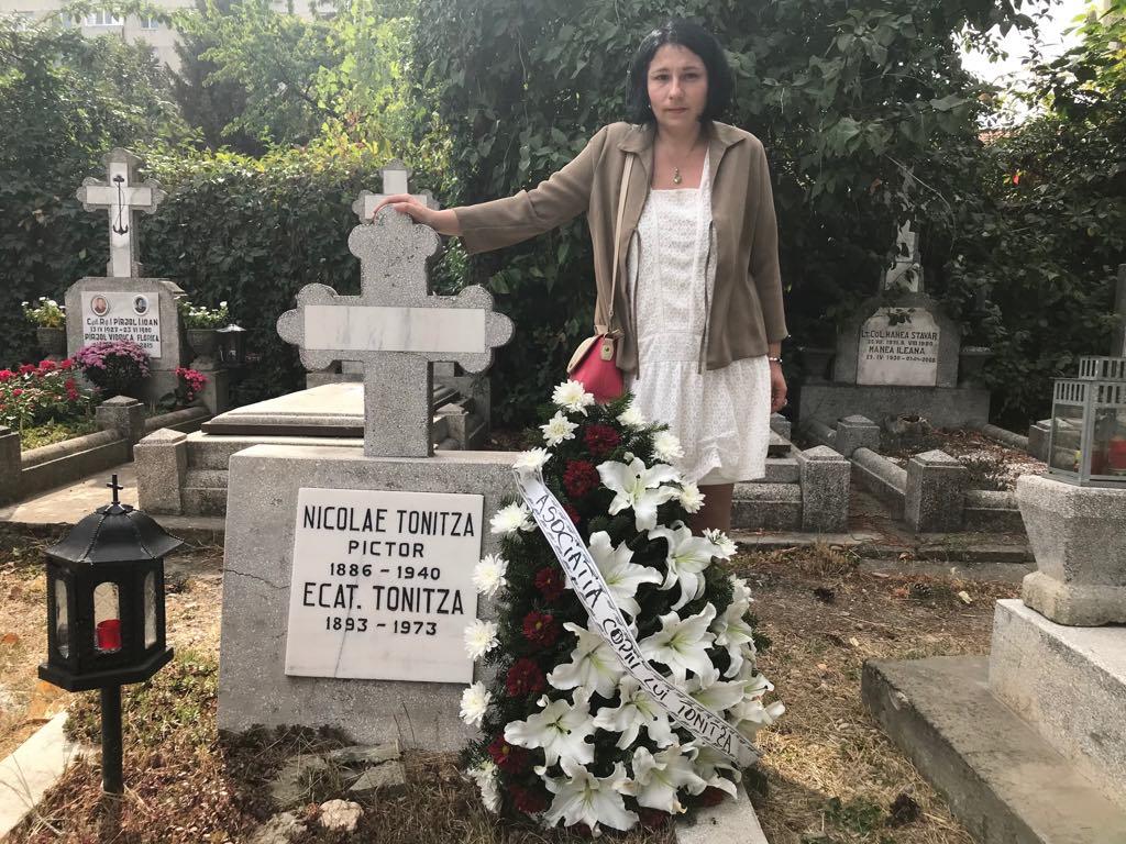 Andra Tonitza la mormântul stăbunicului ei din București.