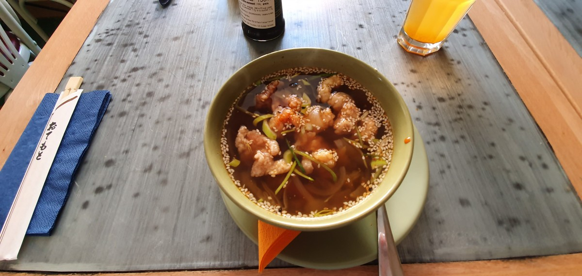 Supă picantă cu pui crocant