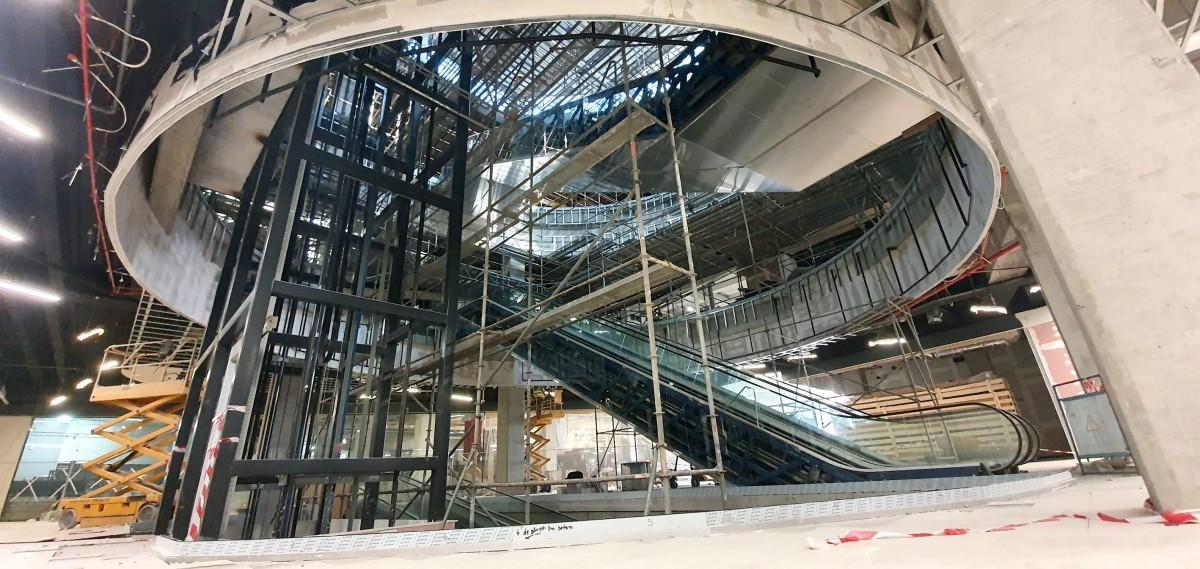 În zona de acces dinspre str. Fabricii sunt amplasate și scări rulante și un lift panoramic