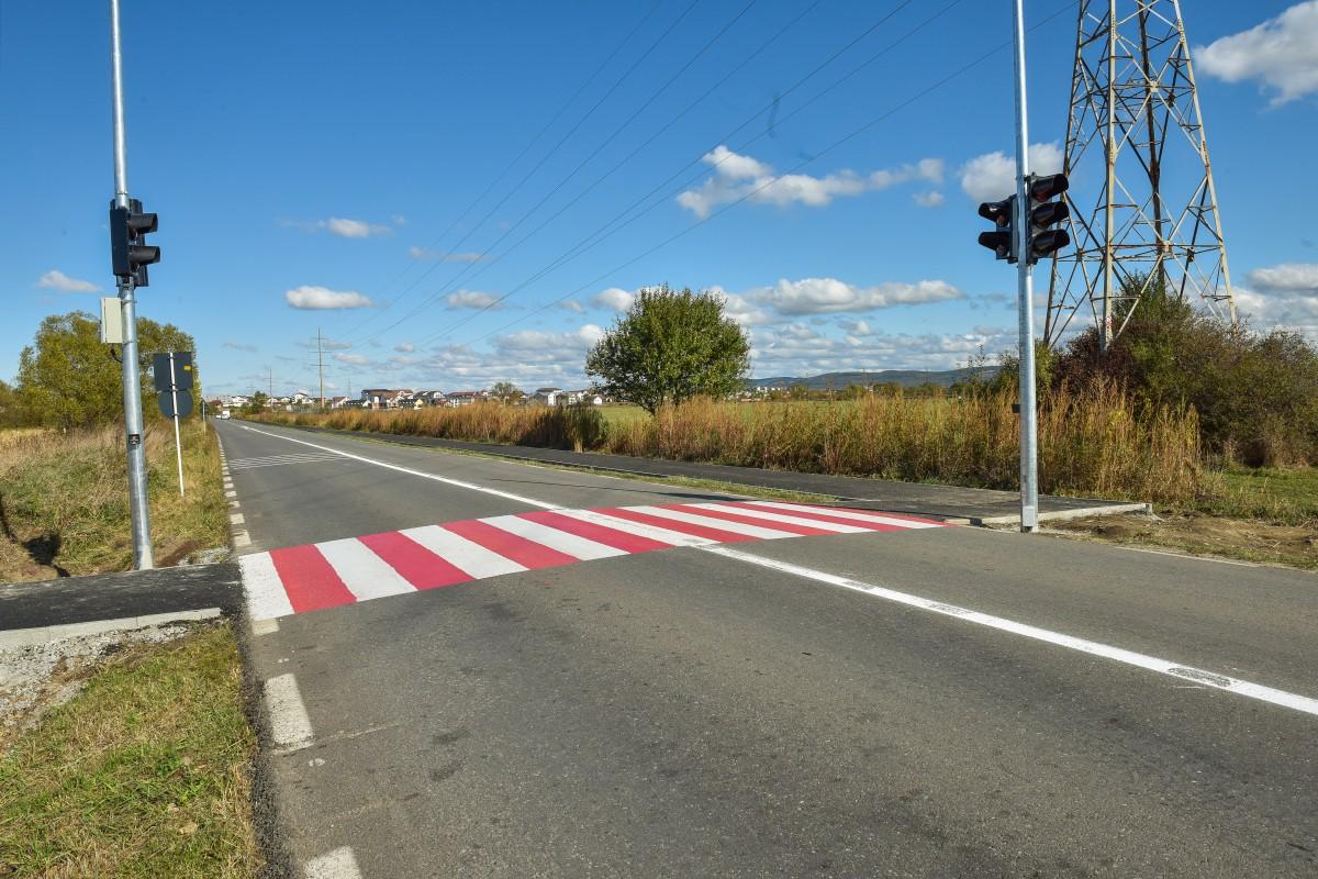 Legătura între cele două secțiuni este asigurată printr-o trecere de pietoni semaforizată