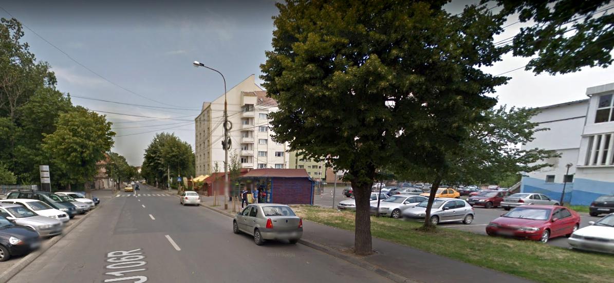 """Zona din fața bazinului Olimpia a devenit o """"parcare tradițională"""" pentru șoferii cu treabă prin zonă. Mai ales seara. Sursa foto: Google Street View"""