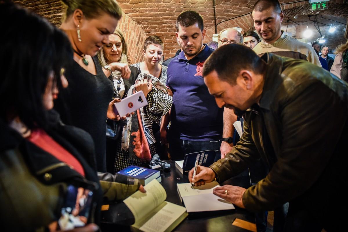 Aproape trei ore a durat lansarea de carte a lui Berbeceanu la Sibiu