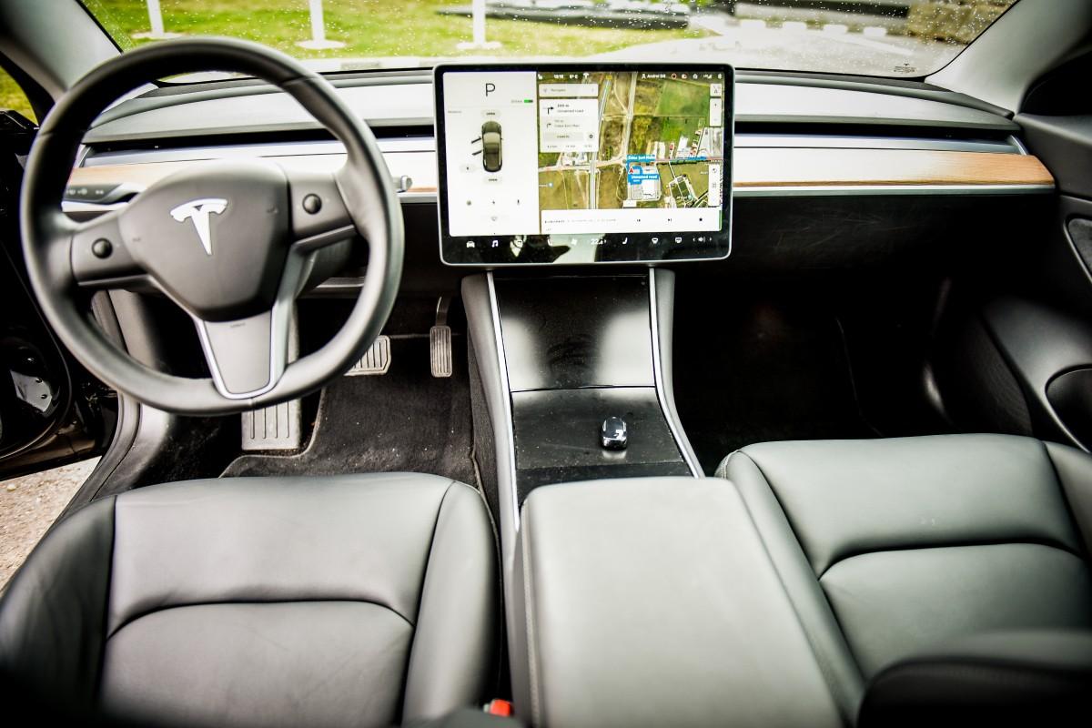 """Cele două butoane de pe volan și cele de pe uși sunt singurele din Tesla. Tableta """"face"""" totul"""