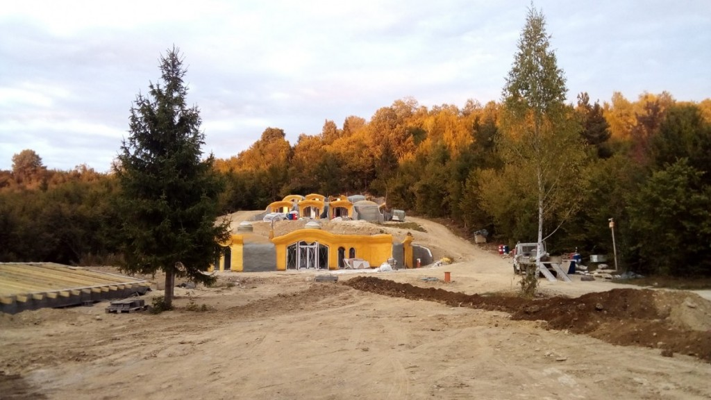 """Imagine din timpul construcției. Sursa foto: Facebook """"Dealul Verde - Pensiune"""""""