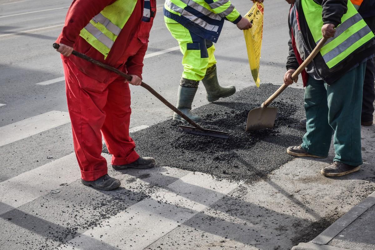 asfalt groapa drumuri muncitori plombare (5)