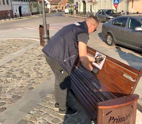 Afiși lipite la Cisnădie. Sursa foto: Facebook / Dan Filip