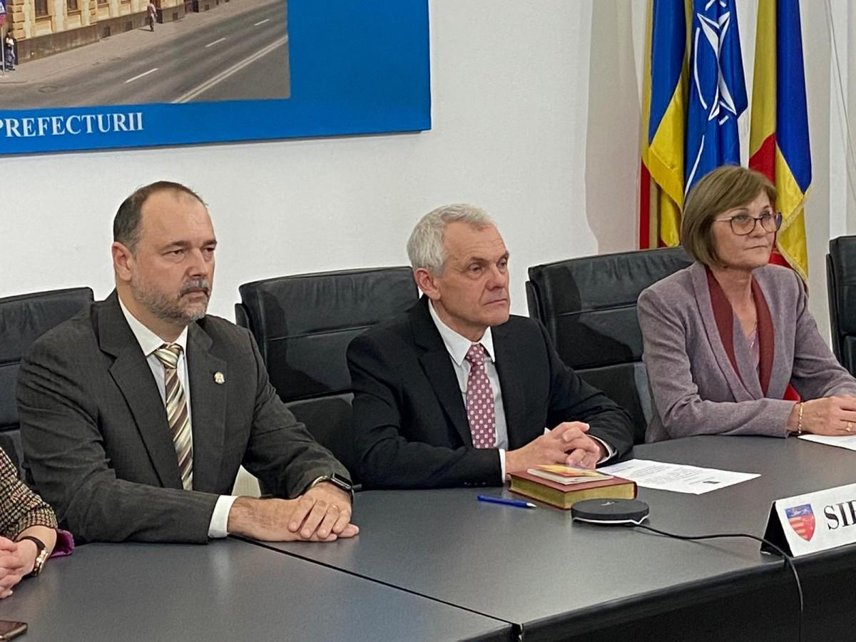 Prefectul Mircea Crețu (centru) s-a ferit de o poziție tranșantă