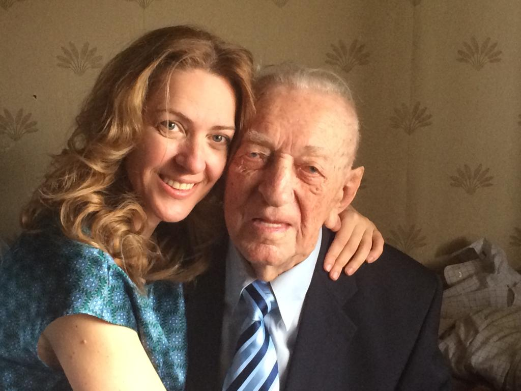 Laura Ghibu alături de bunicul ei