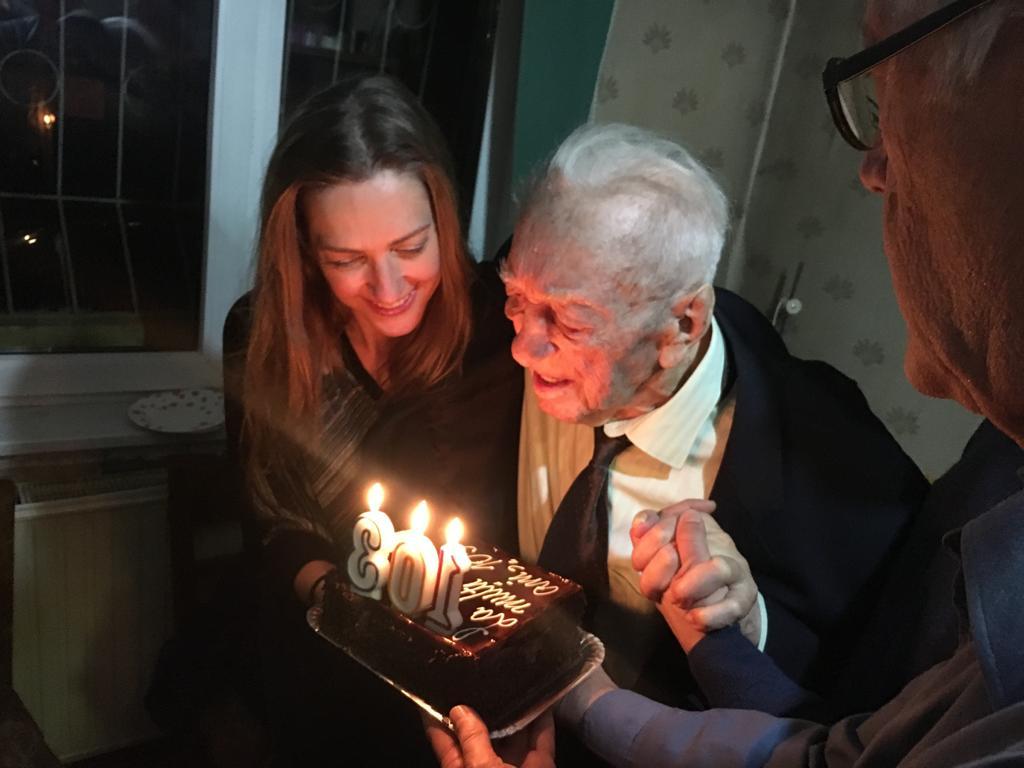 Laura alături de bunicul pe care l-a iubit nespus și care-i lipsește enorm