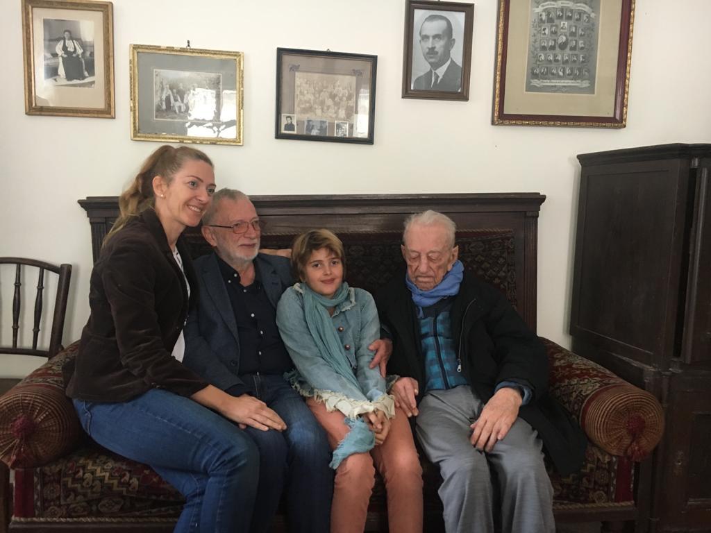 Laura Ghibu alături de fiica ei, varul tatălui ei, medicul sibian Alexandru Ghibu, în casa Ghibu din Săliste