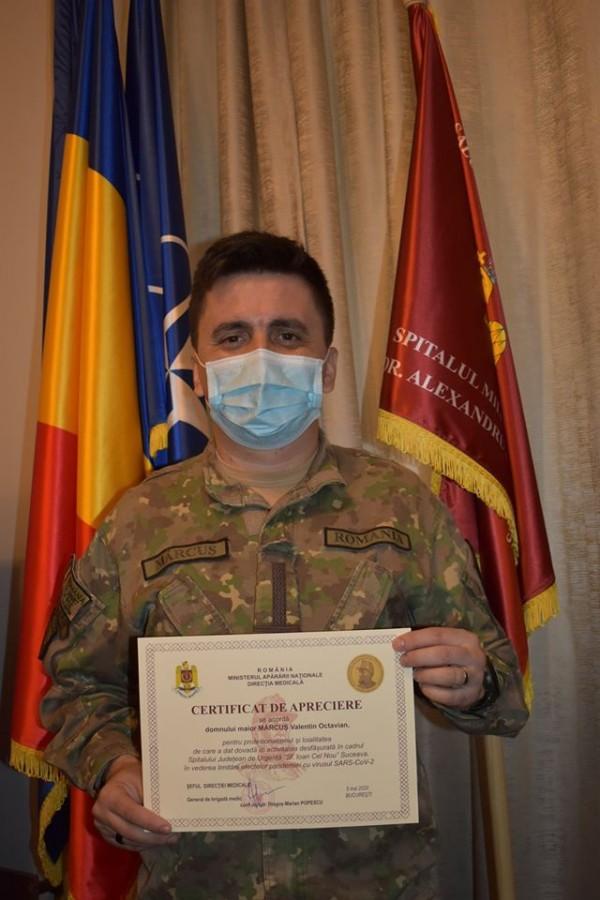 Maiorul Valentin Octavian Mărcuș primește din partea conducerii Spitalului Militar de Urgență Sibiu un certificat de apreciere acordat de Direcția medicală