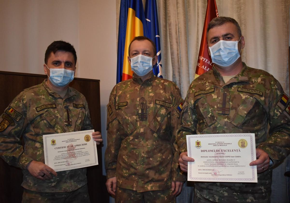 Maiorul Valentin Octavian Mărcuș (foto stânga) alături Comandantul spitalului, colonel medic dr. Doru-Florian-Cornel Moga (foto centru) și locotenent colonel Ciopei Ioan-Cătălin (foto dreapta)