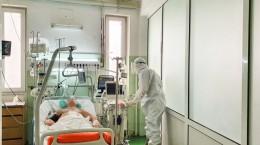 Medicul rezident Bogdan Vintilă în timp ce efectuează o ecografie