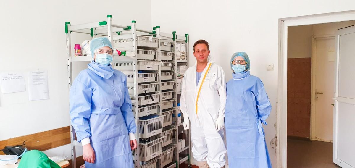 Medicul rezident Bogdan Vintilă alături de asistentele de la ATI