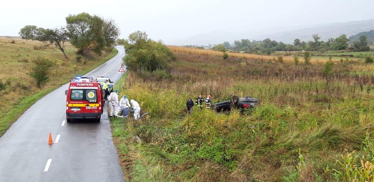 Autoturism răsturnat în afara drumului, după ce șoferul a adormit la volan