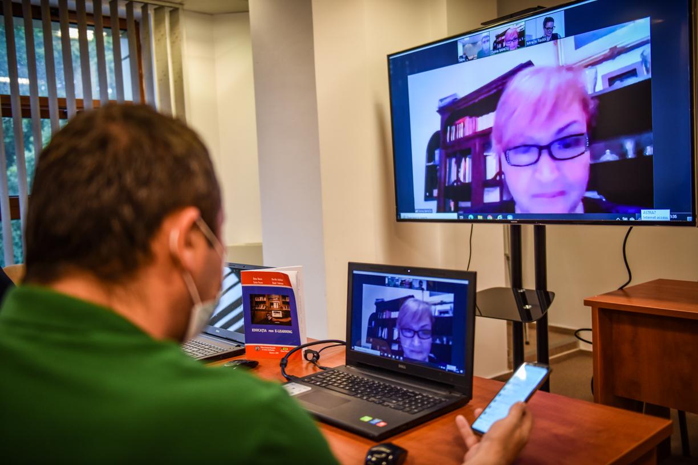 """""""Educația prin E-learning"""", o carte actuală despre tot ce înseamnă învățământul on line"""