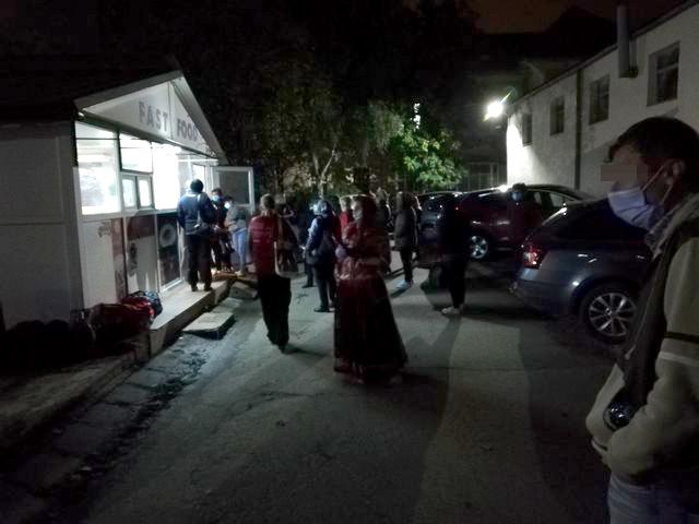 Zeci de bolnavi de COVID continuă să-și petreacă nopțile în frig. Autoritățile tac