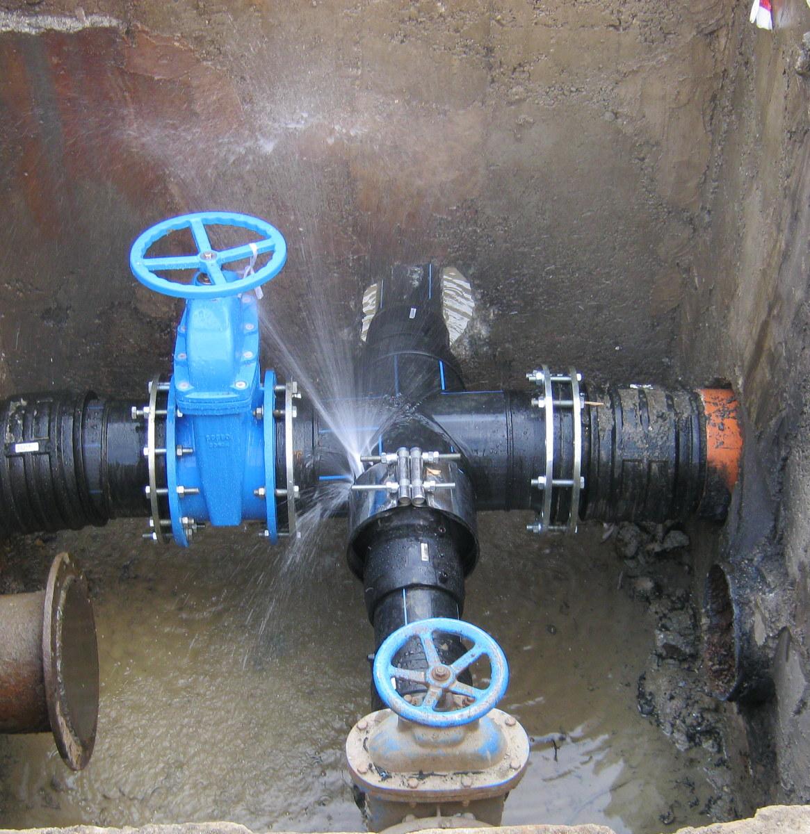 Intervenție de urgență la conducta de alimentare cu apă din strada Ștrandului