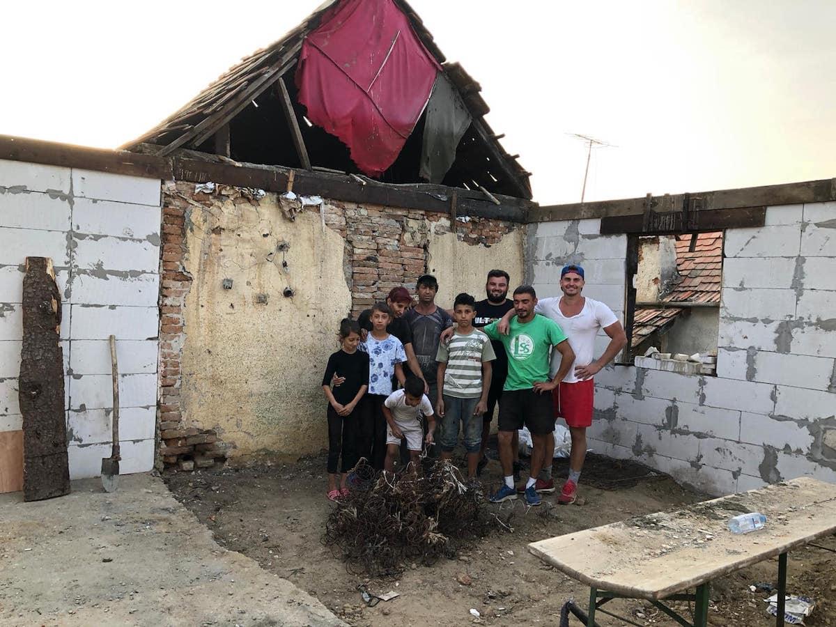 """Sibienii construiesc o locuință pentru o familie cu șapte copii. Campionul Dani Natea: """"Când am ajuns acolo, casa era căzută"""""""
