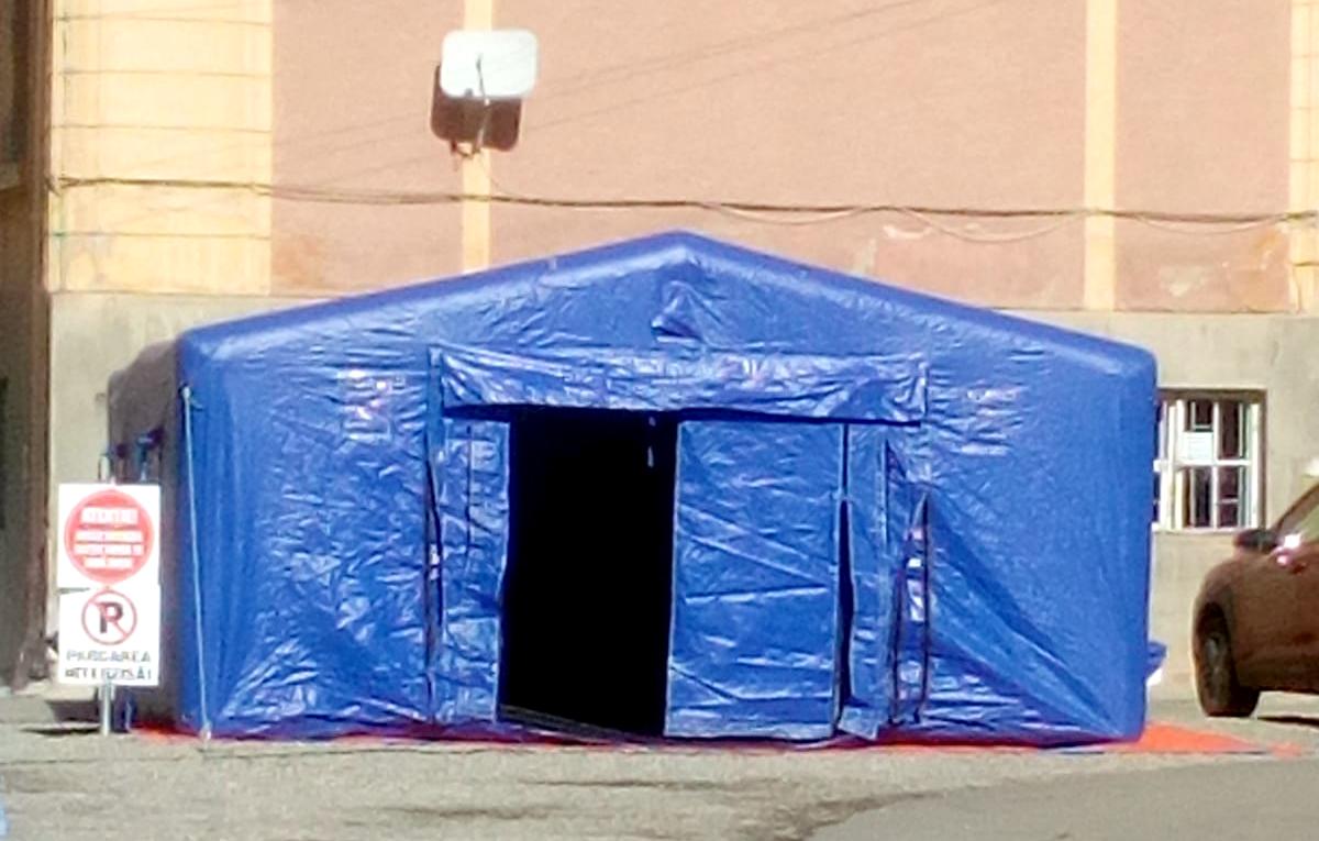 A fost montat primul cort pentru bolnavii Covid din cele două promise de autorități