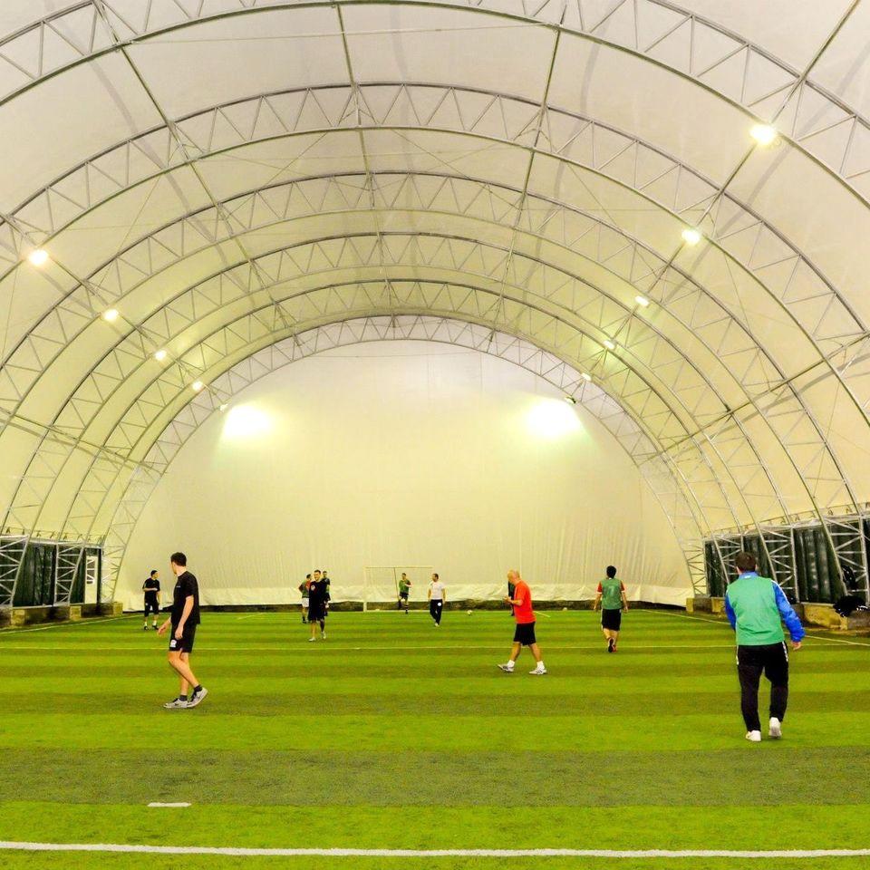 """Primăria scoate terenurile private de fotbal din școlile sibiene. """"Vor putea fi utilizate, gratuit, de cetățeni"""""""