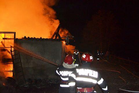 Incendiul de amploare din cauza unui coș de fum necurățat, la o casă din Arpașul de Sus