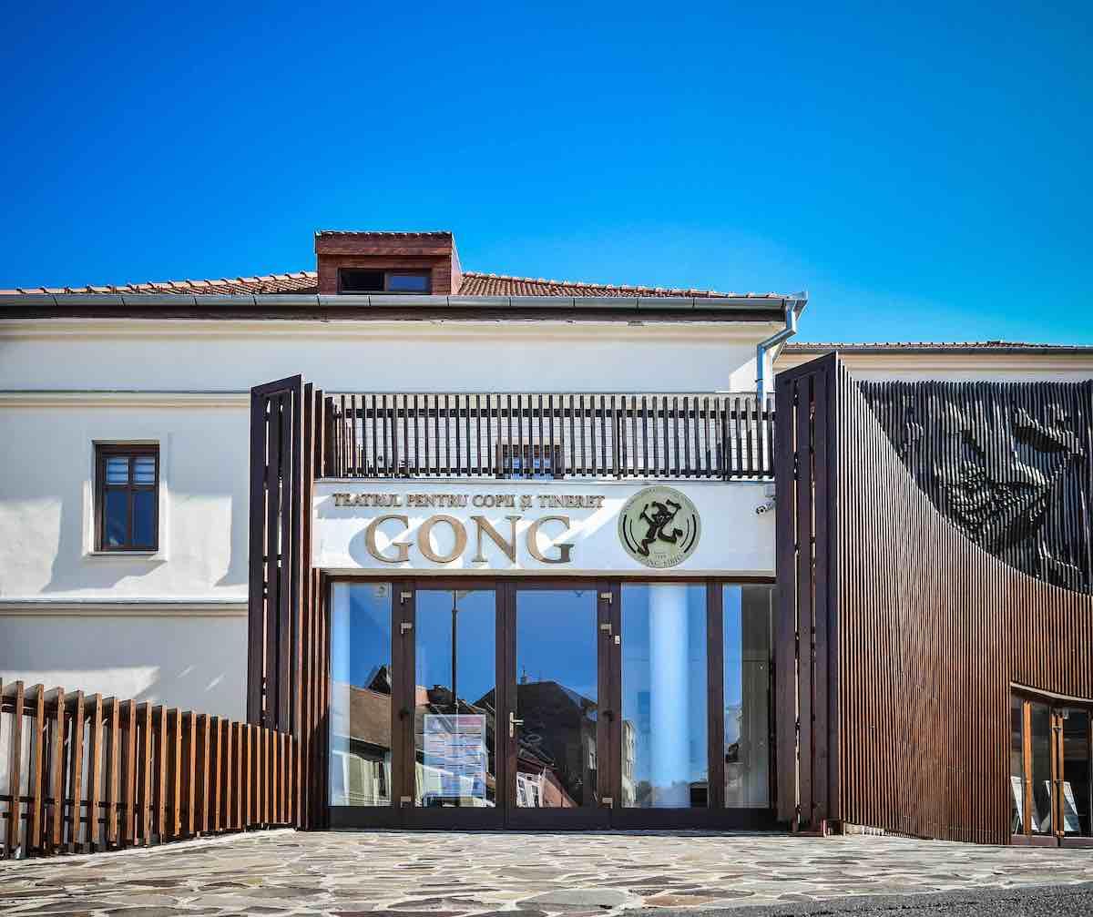 Teatrul Gong va fi iluminat în turcoaz-albastru pentru copiii dislexici