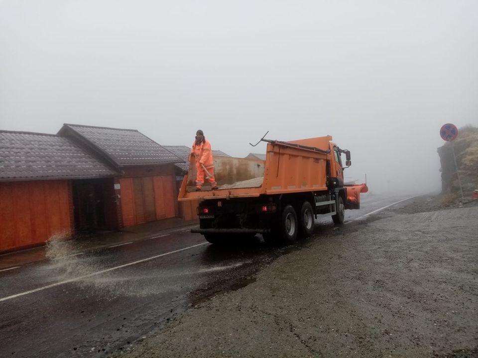 Atenție șoferi! Se circulă în condiții de iarnă pe Transfăgărășan