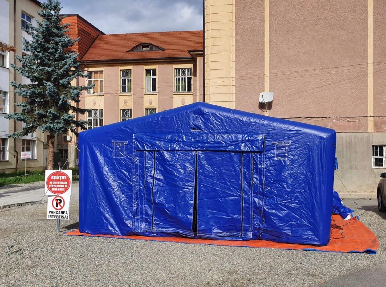 Soluția autorităților: Un cort de patru persoane pentru zecile de pacienți COVID care ajung la triaj