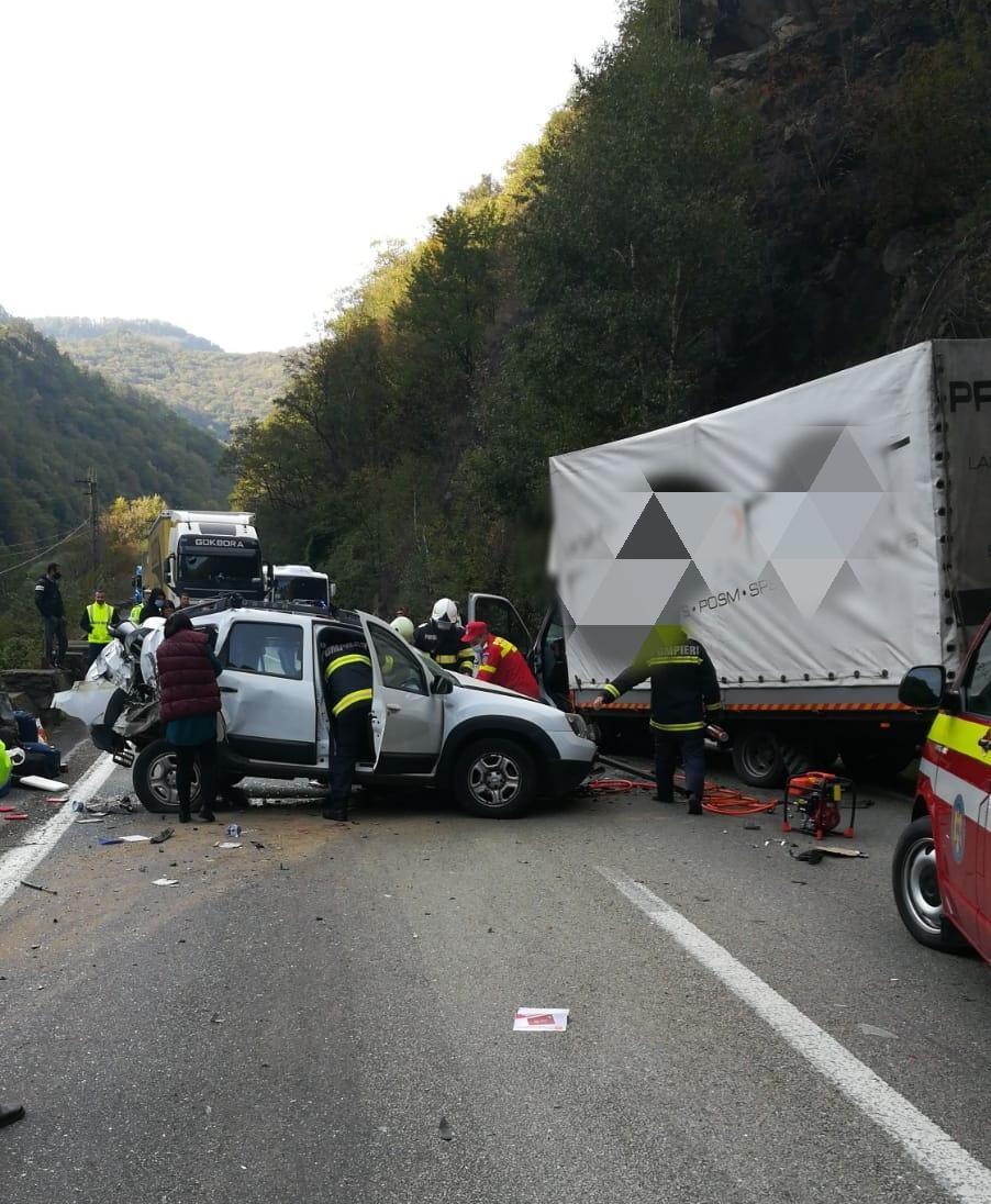 Trafic blocat total pe Valea Oltului, în urma unui accident. O victimă a fost descarcerată
