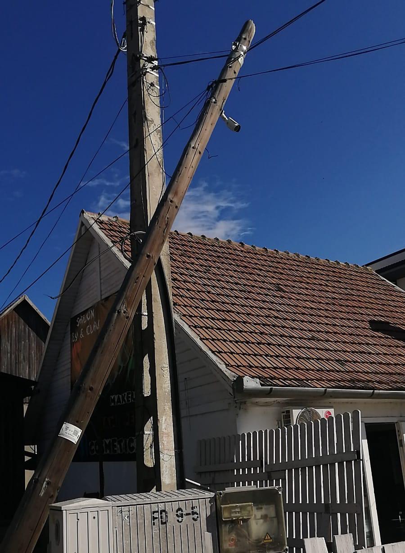 Un stâlp stă să cadă peste o casă de o săptămână și nimeni nu face nimic
