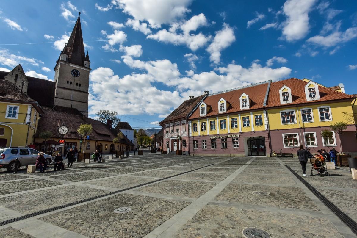 Orașele Cisnădie, Tălmaciu și alte patru localități, în scenariul roșu: mască obligatorie peste tot, școală online, se închid restaurantele