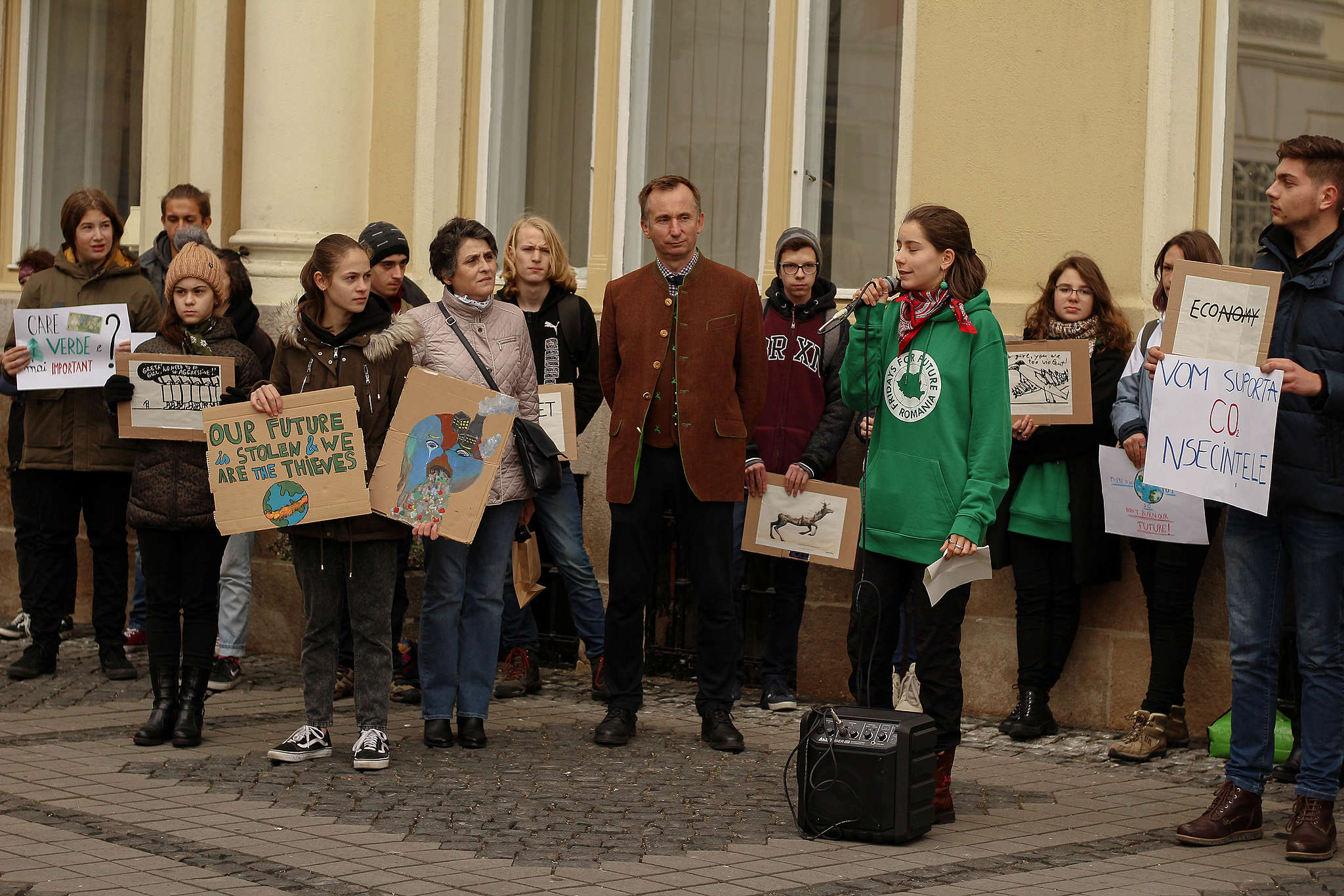Amenda dată de Poliția locală elevilor sibieni în Piața Mare, folosită pentru schimbarea legii adunărilor publice