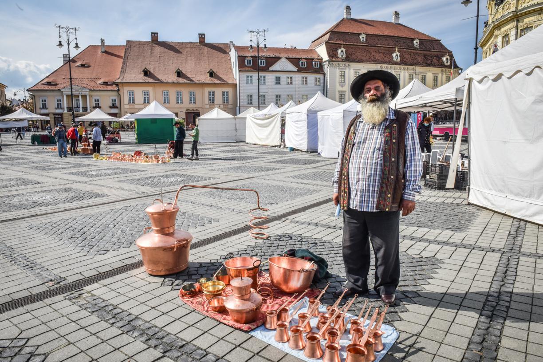 """Povestea celui mai iscusit meșter căldărar din Sibiu: """"tinerii de la mine au învățat meserie"""""""