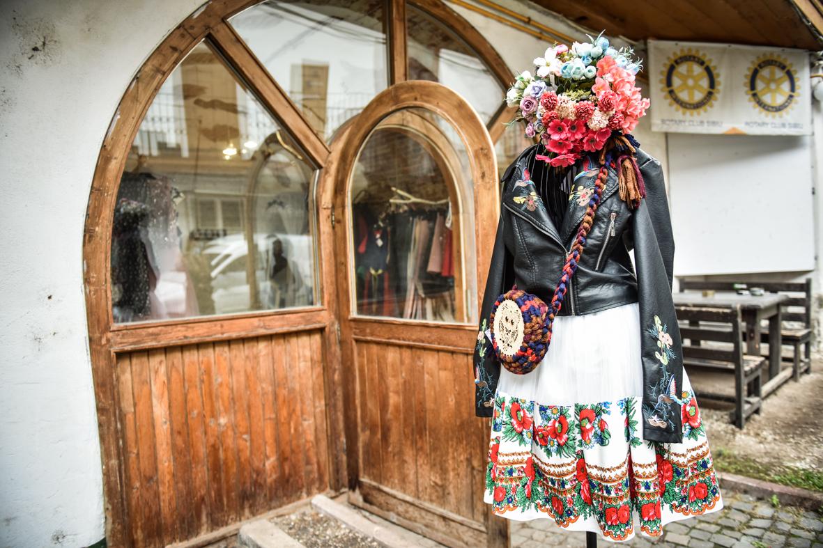 O tânără a deschis în centrul Sibiului un atelier în care creează îmbrăcăminte pictată